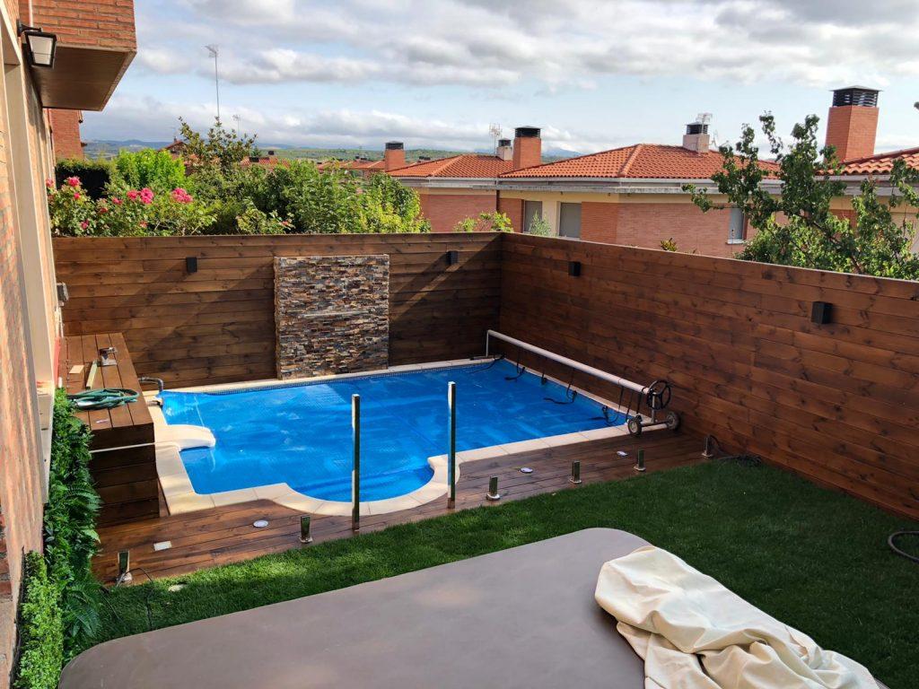 Cajón bordillo piscina madera porche