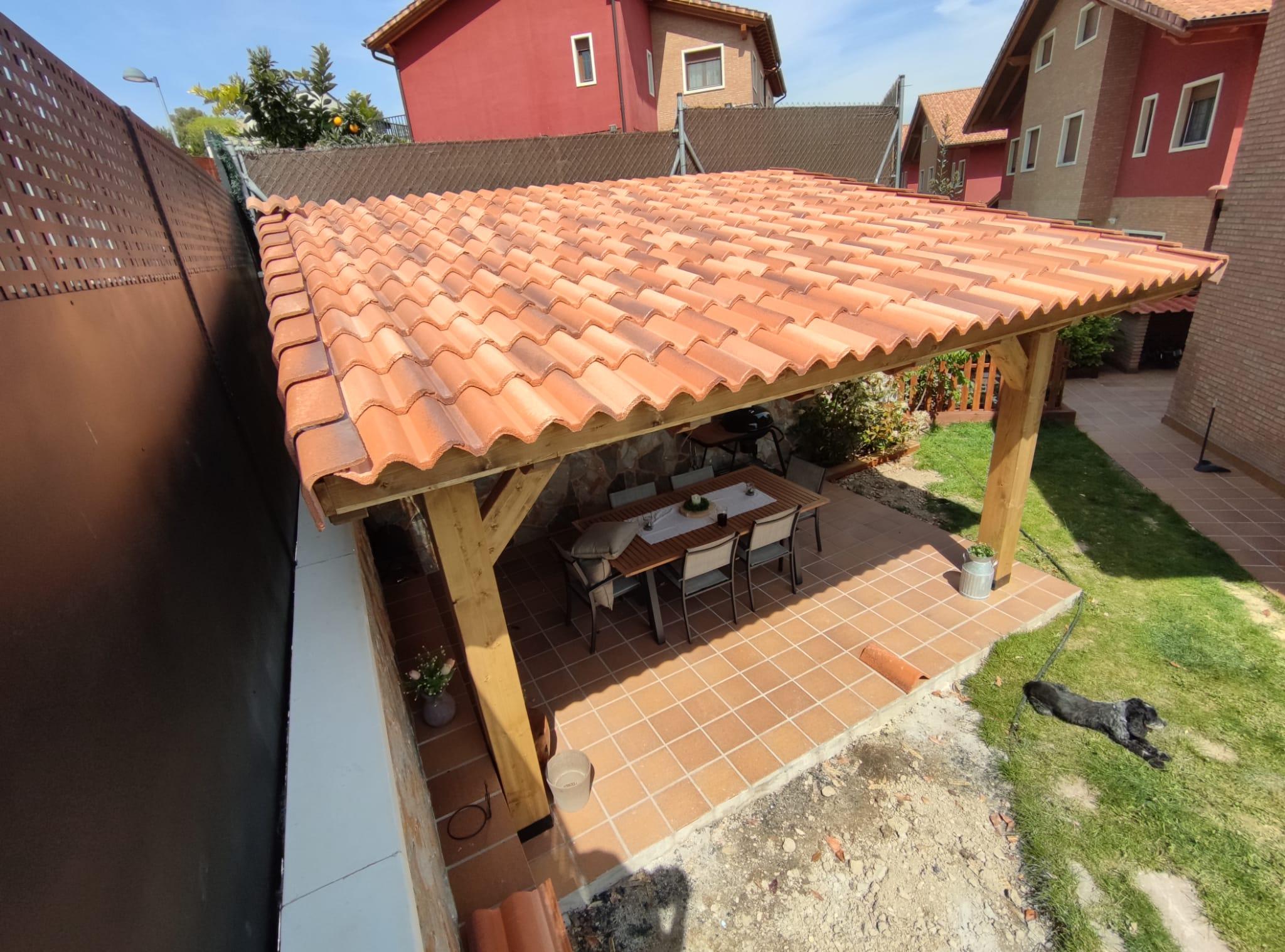 Porche madera patio exterior cubierta sombra tejas