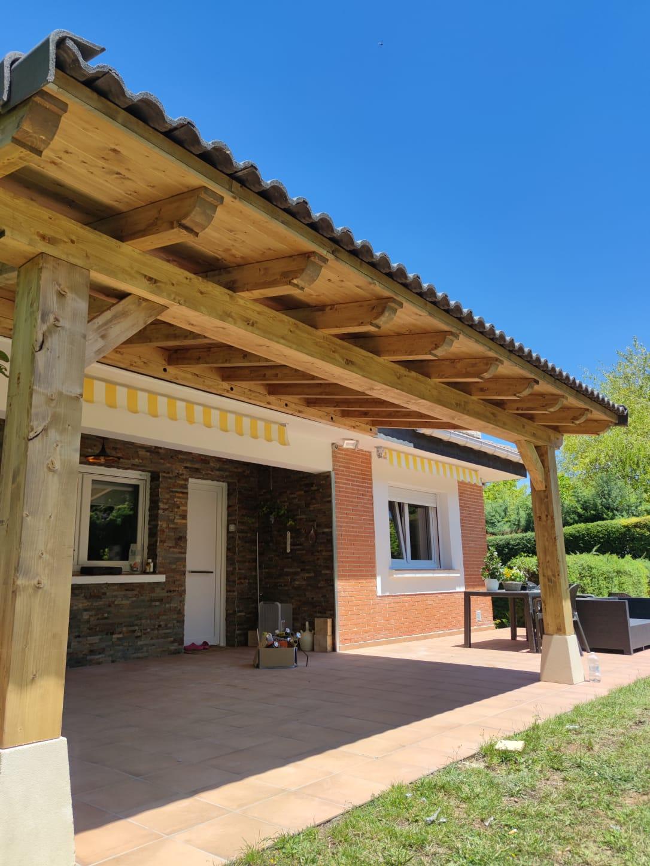 Porche madera patio exterior cubierta sombra tejas irurre navarra